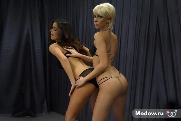 Секси девушка в позе для секса №15 - стоя мужчина сзади