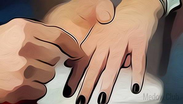 Между пальцев -тоже эрогенная зона у женщин